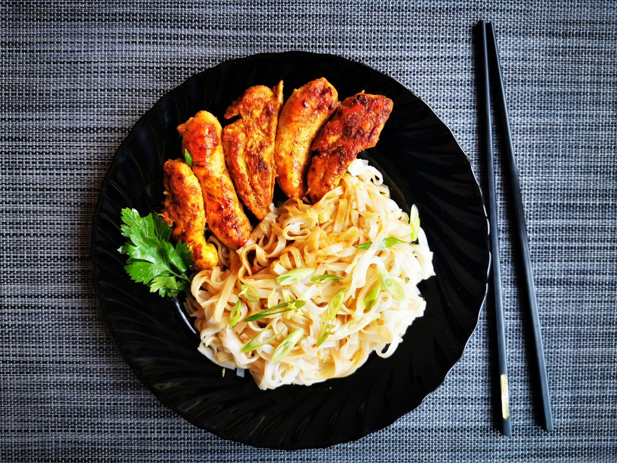 Friptură de pui japonez și tăiței de orez
